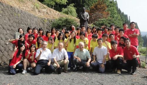 Voluntários na praça em homenagem a Monzo Hasunuma